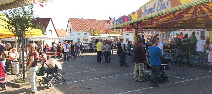 Karussels, Marktstände und Mehr beim Pflaumenkuchenmarkt Großmühlingen